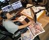L'animateur Yannick Marceau de CHOI Radio X utilise Le Journal de Québec pour préparer son émission qu'il anime seul. Malgré les changements technologiques, la version papier n'est pas disparue des stations.