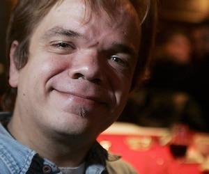 L'acteur québécois de petite taille Paul Cagelet a comparu sous trois accusations en lien avec de la pornographie juvénile vendredi au palais de justice de Montréal.