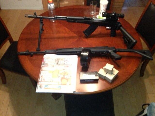 Les policiers de la Sûreté du Québec et de l'Escouade régionale mixte de Montréal ont saisi une dizaine d'armes à feu et appréhendé cinq trafiquants d'armes, le 10 juin 2014, à Montréal. L'arsenal comprenait quatre armes semi-automatiques de longue portée, de type militaire et généralement utilisées par des 'snipers', destinées au crime organisé pour commettre des règlements de compte, croit la police. COURTOISIE