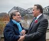 «Un beau foulard aux couleurs de la CAQ!» Le premier ministre François Legault a lancé cette boutade à son arrivée pour sa première rencontre avec le maire de Québec, Régis Labeaume, qui a assuré que c'était un pur hasard s'il avait choisi un accessoire bleu clair.
