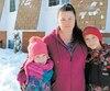 «C'est pire cette année», a constaté la résidente de Saint-Basile Laura-Ann Godin, mère de deux enfants. MmeGodin et sa famille multiplient les petits gestes dans le seul but d'économiser de l'énergie. «On ferme les lumières. On baisse le chauffage», a-t-elle affirmé.
