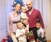 Andreï Markov et son épouse Sonya Sonechka sont heureux de ne vivre qu'à une heure de vol de Moscou avec la petite Vasilisa (un an et demi) et les jumeaux Andrey et Mark (six ans et demi).