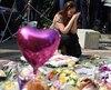 Une femme se recueille en mémoire des 22 victimes de l'attentat.