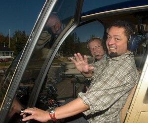 Le pilote Normand Dubé (à gauche) et l'animateur Normand Brathwaite (à droite) à bord d'un hélicoptère en septembre 2012.