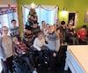 MmeBrissette (au centre) fêtera Noël entourée de ses 27 enfants dans le domaine de Saint-Anselme. Les enfants s'offriront des petits cadeaux les uns aux autres.