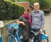 Pour Melissa et Chris Bruntlett, une ville attrayante doit offrir du transport efficace. Ils vont à vélo – «Nos enfants ont grandi sur deux roues», lance Chris –, en transport en commun ou à pied. Et lorsqu'ils en ont besoin, ils utilisent l'auto-partage, équivalent de Communauto.