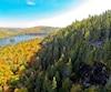 À flanc de montagne, le belvédère de l'île-aux-Pins, à peine visible au loin, surplombe le lac Wapizagonque.