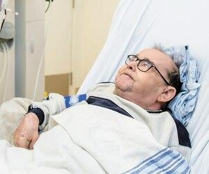 Jean-Pierre Gravel discute avec le Dr Murray Vasilevsky à l'Hôpital général de Montréal pendant son traitement de dialyse. Son sang est nettoyé par appareil trois fois par semaine depuis 48ans, du jamais vu. Il a commencé à l'âge de 11ans.