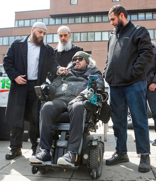 Dans l'ordre, Adil Charkaoui, organisateur de la manifestation, l'imam Salam Elmenyawi (derrière) ainsi qu'Aymen Derbali et Said El-Amari, deux rescapés de la tuerie de la mosquée de Québec.