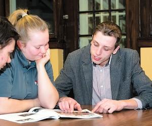 Bradley Dubeau, Jessica Rouleau et Andrew Boersen participent à un club agricole à Sainte-Anne-de-Bellevue. Ils disent ne pas vivre les mêmes problèmes avec les francophones que les anglophones qui habitent dans la région métropolitaine de Montréal.