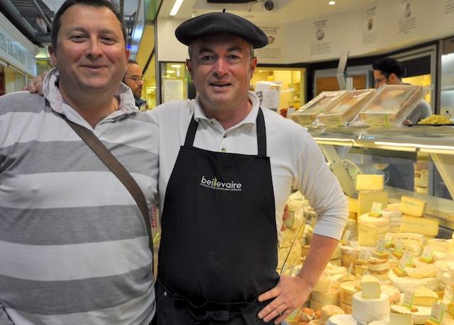 Au marché de Talensac, Christophe François en compagnie de son ami fromager.