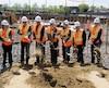 La CNESST a procédé hier à la première pelletée de terre de son futur siège social en compagnie du maire Régis Labeaume.
