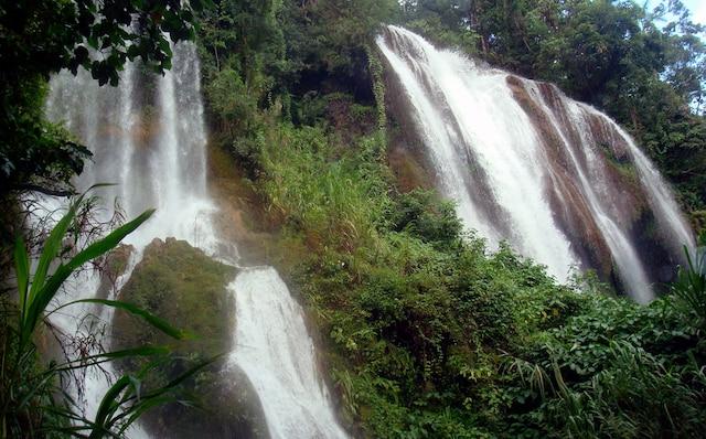Chute dans le sentier Centinelas del rio Melodioso, dans le parc Guanayara, dans le centre de l'île.