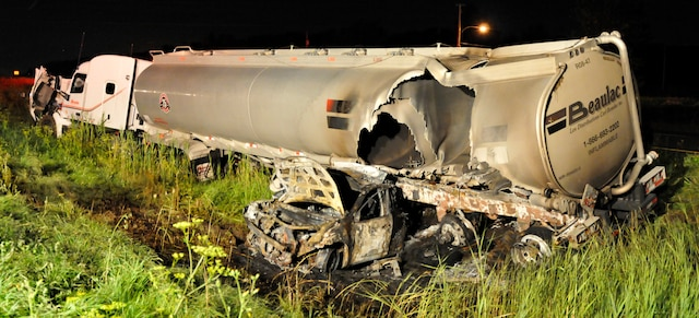 La voiture qui s'est encastrée sous un camion-citerne de 53pieds était complètement calcinée.