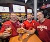 Partisans de l'unifolié, Éric, Jean et Daniel se sont réunis dans le Boston Pizza Lebourgneuf pour le match du Canada contre la Russie, samedi soir.