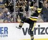 Evgeni Malkin a réussi un tour du chapeau en deuxième période, dans la spectaculaire victoire de 8 à 7 des Penguins de Pittsburgh contre les Capitals de Washington, lundi.