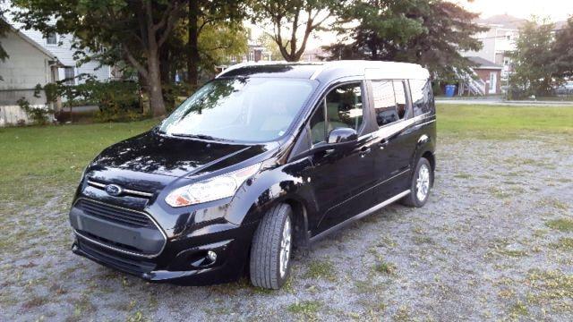 Contrairement à la croyance populaire, les Ford Transit ne sont pas que des camions de livraison. Une version équipée de sièges à l'arrière est également disponible.