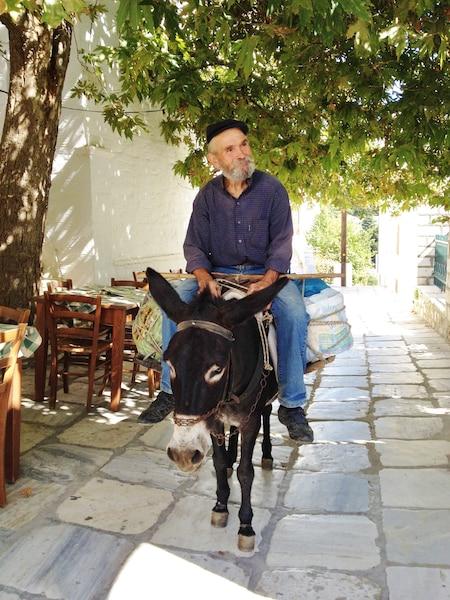 Scène de rue dans un village de Naxos.