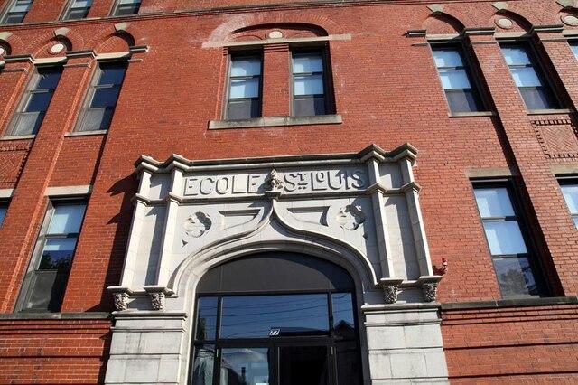 L'École St-Louis dans lequartier Little Canada était jadis une école paroissale catholique où l'onenseignait la moitié de la journée enanglais et l'autre moitié en français.