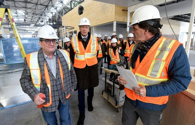 Le maire de Québec, Régis Labeaume, le ministre de l'Agriculture, des Pêcheries et de l'Alimentation, André Lamontagne (au centre), et le directeur de la gestion des immeubles à la Ville de Québec, Jean Rochette (à droite), ont visité le futur Grand Marché mardi.