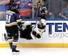 David Pastrnak, des Bruins, n'a pas fait le poids face à Vladimir Tarasenko sur cette séquence du match de lundi.
