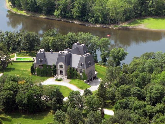 La luxueuse maison située sur l'île Gagnon s'étend sur 24000 pieds carrés. Elle compte notamment six chambres et six salles de bain. Un héliport pourrait également être aménagé sur le terrain.