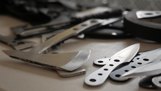 Le lancer de haches et de couteaux est l'une des plusieurs activités offertes au centre