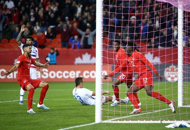 Alphonso Davies célèbre après avoir marqué le premier but du Canada, hier, au Stade BMO à Toronto.