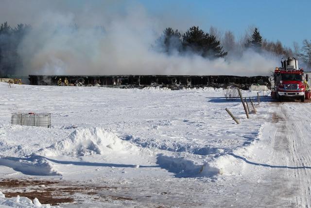 Un incendie fait rage jeudi depuis 15h30 dans la porcherie Réal Labrecque du rang Marigot à Saint-Apollinaire.  Jusqu'à 1000 bêtes auraient péri.