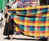 Au marché de San Juan Chamula, cette jeune femme tzotzil nous montre une magnifique étoffe tissée.