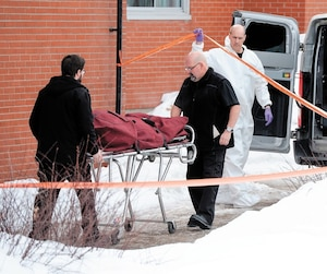 Le corps de la victime du cinquième meurtre de l'année à Montréal a été sorti du logement de la rue Sauriol Ouest, dans le quartier Ahuntsic, hier. Noémie Lavoie aurait été tuée mardi à l'aide d'une arme blanche par son copain Ali Mahadi Mahamat.