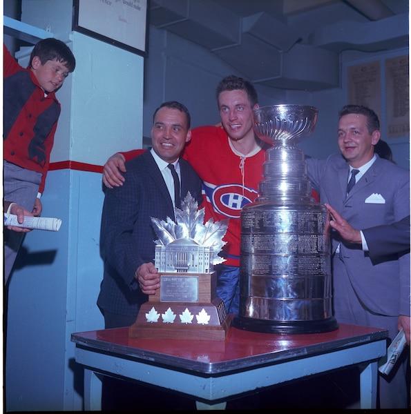 En plus de remporter la coupe Stanley en 1964-1965, Jean Béliveau est le premier à inscrire son nom sur le trophée Conn-Smythe.