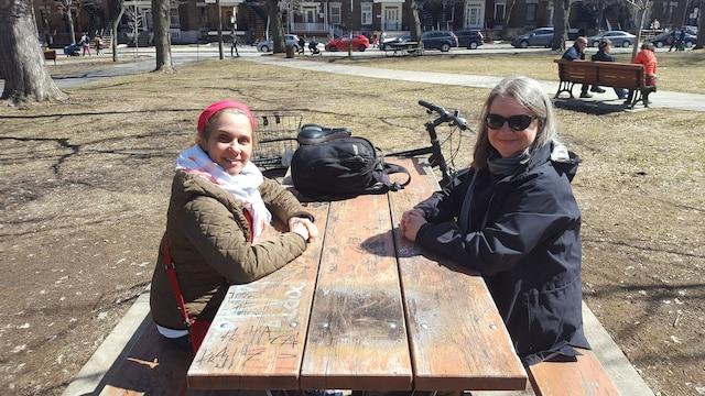 Monique Gagnon (à gauche) et Suzie Gélinas (à droite) ont pique niqué tranquillement au parc Laurier.