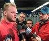 Luc Brodeur-Jourdain dans le vestiaire de l'équipe au Stade Olympique alors que les joueurs des Alouettes de Montréal vident leur casier.