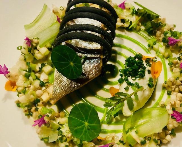Escabèche d'omble chevalier au thé du Labrador, salade de sarrasin, pomme rouge, rhubarbe, spirale de sapin baumier. Menu du chef Pierre-Laurence Valton-Simard, servis aux chefs d'État lors du G7 à La Malbaie