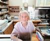 Même à plus de 30 degrés Celsius, Yolande Gendron travaille dans sa cantine où elle sert ses clients depuis 45 ans, à Saint-Hyacinthe, en Montérégie.