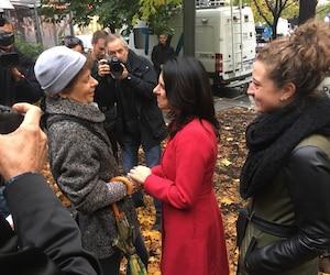 La nouvelle mairesse élue de Montréal, Valérie Plante, rencontrait les citoyens au métro Square-Victoria, lundi, au lendemain de sa victoire historique.