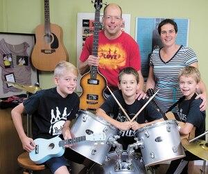Luc Lefebvre , Marjorie Delisle et leurs trois fils de 6-9-11 ans qui sont tous des fans des Beatles.