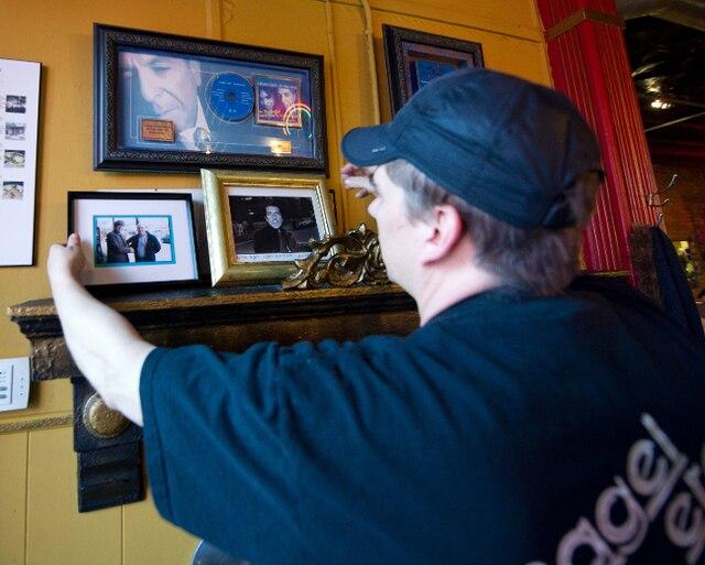 1. Quelques photos du chanteur accrochées au mur du Bagel etc.