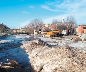 Un «train de glace» de plusieurs centaines de mètres colle à la rivière Sainte-Anne, en amont du centre-ville de Saint-Raymond, qui est toujours menacé par la possibilité d'une débâcle.
