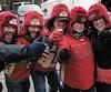 Stéphane Fleurant, Jocelyn Trottier, Gilles Trottier, Diane Veillette et Annie Simoneau (photo du haut) trinquaient une heure avant le dernier match de la saison régulière de leur équipe favorite.
