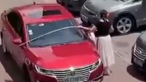 Elle mesure son auto avant de se stationner