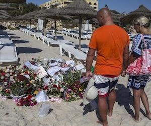 Des touristes devant un mémorial, à Sousse.