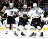 Carl Gunnarsson, des Blues, est félicité par ses coéquipiers à la suite de son but marqué en prolongation contre les Bruins mercredi soir à Boston.