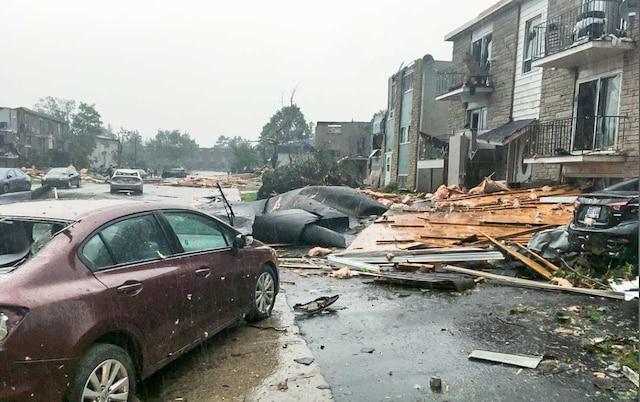 Le toit d'une maison du boulevard Daniel-Johnson de Gatineau a causé des dommages en s'envolant.