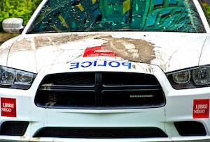 De la boue a été lancée sur au moins trois autos-patrouilles du SPVM, hier matin, en plein centre-ville de Montréal.