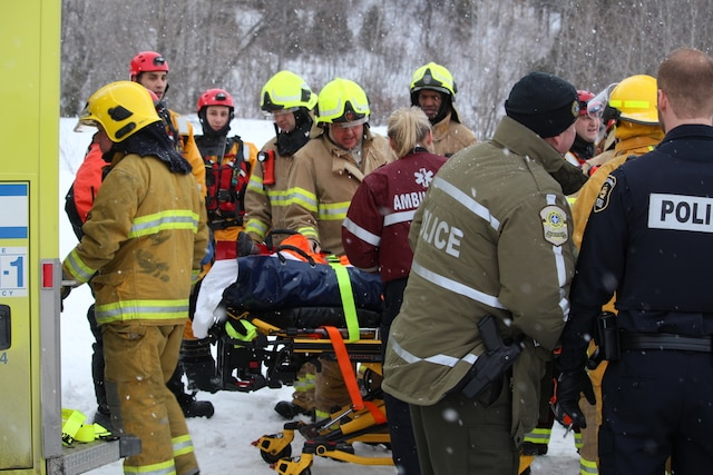 Le Service de prévention des incendies de Québec (SPIQ) est en activité à la chute Montmorency pour un sauvetage nautique. les pompiers prêtent assistance à une personne en détresse. À Québec, Québec, Canada. Le mercredi 28 décembre 2016 MARC VALLIÈRE/AGENCE QMI
