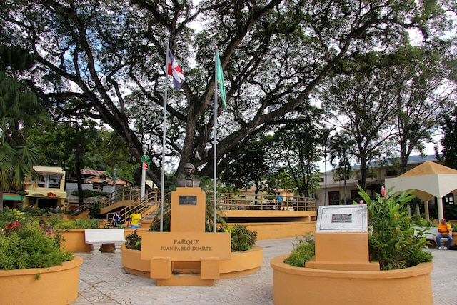 Place principale (Parque central) au centre-ville de Jarabacoa.