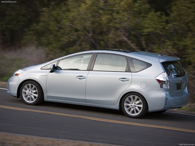 Il s'agit d'une version allongée de la Prius conventionnelle. Elle est notamment très appréciée par les chauffeurs de taxi.