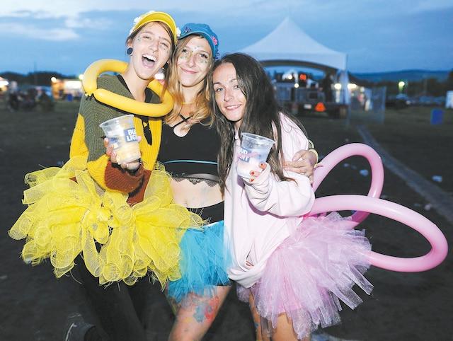 Les festivaliers en ont profité pour socialiser sur l'aire de camping ou s'amuser entre amis.